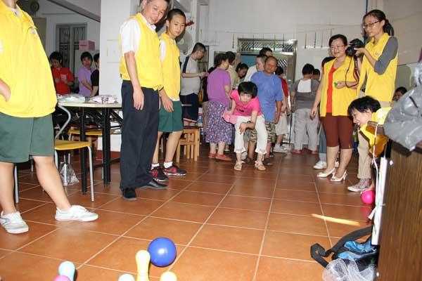 志愿者与智障儿童一起游戏