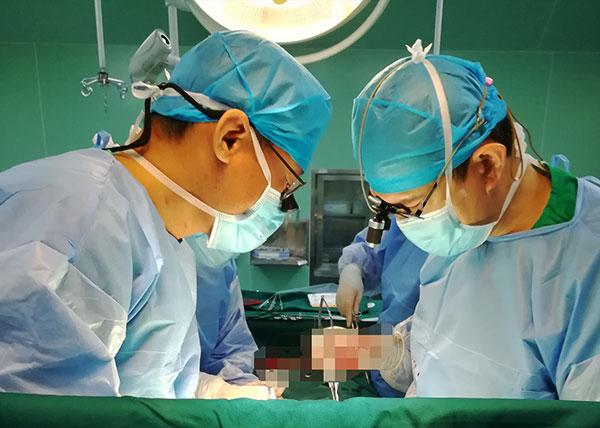 """3月14日,广东省第三批""""组团式""""援疆医疗队进驻喀什地区第一人民医院,简短的调整和培训之后,队员们已经快速的进入工作状态。作为本批医疗队成员之一,我院心血管外科于长江医生在短短三周时间内,已经跟当地同事一起成功完成同期主动脉瓣置换+二尖瓣置换+三尖瓣成形手术3例、主动脉瓣成形+二尖瓣置换手术1例、主动脉根部置换(Bentall)手术1例、Stanford B型主动脉夹层介入治疗1例、室间隔缺损修补手术1例、单纯二尖瓣置换术2例、单纯主动脉瓣置换术1例。  喀什地区第一人民医院是当地"""